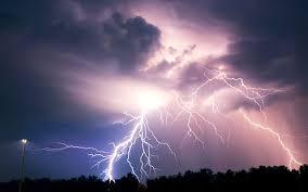 激しく光る稲妻に刻々と形を変える黒い雷雲。躍動感あふれる映像に驚きの声!